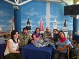 Comida de camaradería en el mercado de Punta Arenas, de izquierda a derecha: Cote Marchant, Rodrigo Bahamondez, Inés Dussaillant, Gonzalo Campos, Camilo Rada y Natalia Martinez  <br/><br/>Team lunch at Punta Arena's mercado, from left to right: Cote March